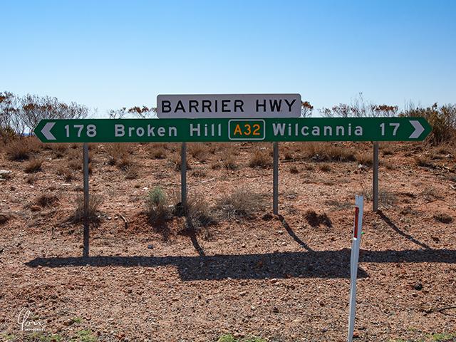アウトバックの標識 Brokenhill signboard