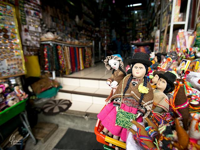 ボリビア、魔女通りの土産店 Whites market Bolivian doll