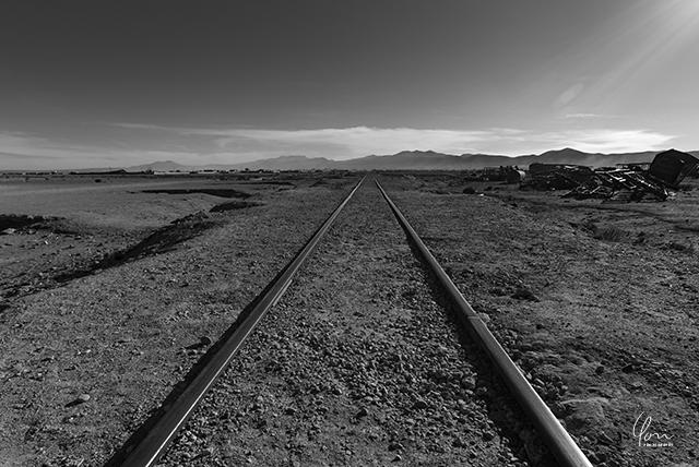 ウユニ 列車の墓場 線路 モノクロ